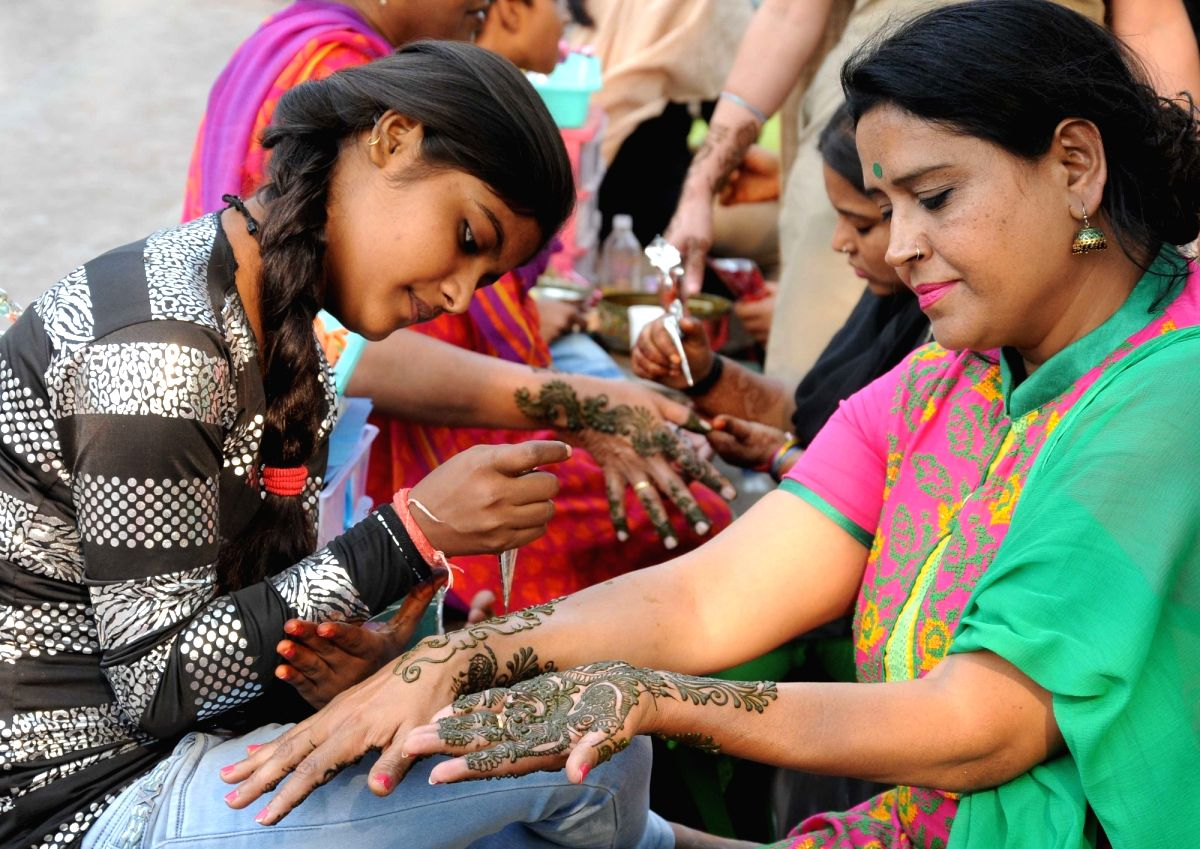 Some prefer to paint their nails with henna. Henna has a real cooling effect on the hands.