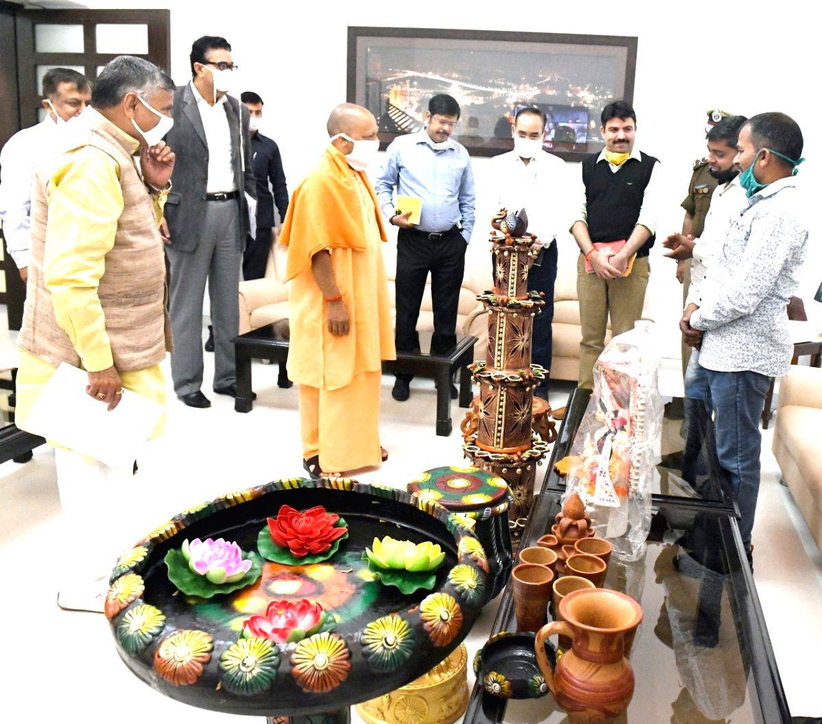 Yogi pays for artisans' gifts to him