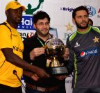 (WORLD SECTION) PAKISTAN-LAHORE-CRICKET-ZIMBABWE-TROPHY