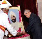 New Delhi: President Pranab Mukherjee paying floral tribute to Giani Zail Singh