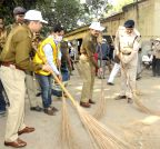 Patna: Activists and police officers participate in Swachha Bharat Abhiyan