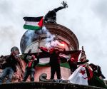 Free Photo: Large turnout for pro-Palestinian demonstration in Paris despite ban