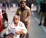 Free Photo: Delhi police personnel assist elderly voters, receive appreciation