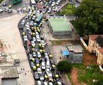 Traffic jam on Raj Bhavan road ahead of H.D. Kumaraswamy's swearing-in ceremony