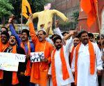 Activists of Shiv Sena Samajwadi burn effigy of ISI Chief Zaheerul Islam