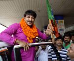 Manoj Tiwari arrives at Patna Airport