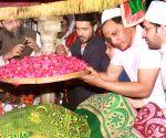 Emraan Hashmi, Mohammad Azharuddin pay obeisance at Nizamuddin Dargah