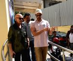 Hrithik Roshan, Rakesh Roshan seen at Juhu