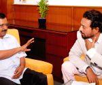 Irrfan Khan calls on Delhi CM Kejriwal