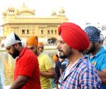 Jimmy Shergill and Surveen Chawla pay obeisance at Golden Temple