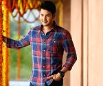 Mahesh Babu tries 'mastering mirror selfie' with daughter Sitara