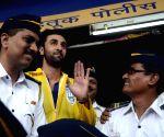 Ranbir Kapoor distribute 2000 raincoats to the Mumbai Traffic Police