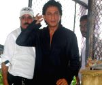 Shah Rukh Khan along with his wife Gauri Khan, his sister and children greets the media on the occasion of Eid ul-Fitr