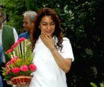 Juhi greets Mamata Banerjee