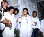 Veeru Devgan's prayer meet - Kajol, Veena Devgan