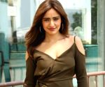 (RELEASE at 7am) Neha Sharma tries T-shirt Challenge, invites sister Aisha