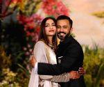 सोनम कपूर ने पति आनंद अहुजा के लिए लिखा,' तुम हर दिन खूबसूरत बनाते हो' और आनंद ने पूछा,'आज इतना प्यार क्यो?'