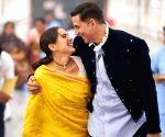Akshay Kumar joins Sara Ali Khan on the 'Atrangi Re' set