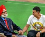Akshay Kumar along with sports fraternity mourn the demise of Balbir Singh
