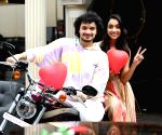 Mithun's youngest son Namashi shoots V-Day pic with debut film co-star