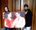 Jagjot Singh Rubal presents a painting to Kareena Kapoor