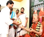 Jagan seeks Vizag seer's blessings after victory