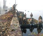 Army cleans Dal Lake