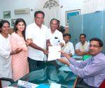 Actor Prakash Raj files nomination as Independent