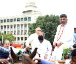K'taka Cong leaders take tonga ride to Assembly to protest price hike