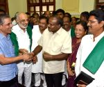 Karnataka CM meets farmers over loans waiver