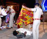 Free Photo: Bengaluru police distribute blankets to pavement dwellers