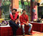Bigg Boss 13: Vishal Aditya Singh cross-dresses as Paras Chhabra's 'mausi'