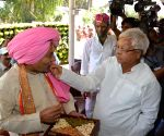 Nitish Kumar celebrates holi with Lalu