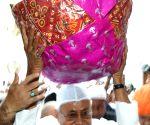 Nitish Kumar visits Hazrat Makhdoom Shah Muhammad Munim Pak's shrine
