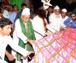 Manar (Bihar): Bihar CM Nitish offers chadar at dargah