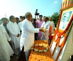 Nitish Kumar pays tribute to Mahatma