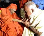 Yeddyurappa meets Sri Shivakumara Swami in Karnataka