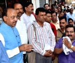 Vijay Goel interacts with traders in Laxmi Nagar