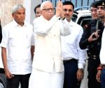 Advani visits residence of Kru Suryanarayana Rao