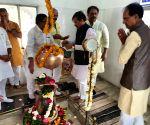 Shivraj Singh Chouhan offers prayers