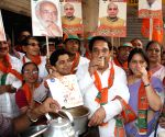 BJP workers invite tea stall owners to participate in Narendra Modi's rally