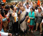 BJP leaders protest outside Kejriwal's residence with samples of drinking water