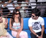 Shahid & Priyanka board train from Marine Lines station