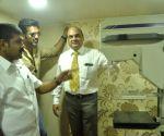 Suniel Shetty with Sangita Sachin Ahir at a cancer detection drive