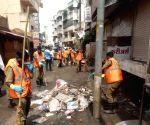 Sangli (Maharashtra): BMC Sanitation teams clear post-floods garbage