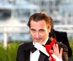 Joaquin Phoenix dons goofy clown costume, make-up