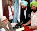 Punjab CM honours ailing hockey legend Balbir Singh