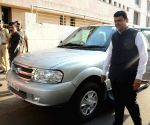 Fadnavis stops using red beacon on official car