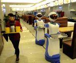 Cixi (China): Robot serves food at a restaurant