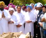 Manmohan Singh attends the cremation of his nephew